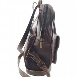 Mochila de Cuero Artesanal color marrón oscuro bolsillo al frente. lateral 003