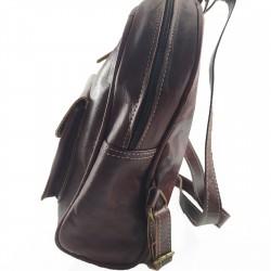 Mochila de Cuero Artesanal color marrón oscuro bolsillo al frente. lateral 004