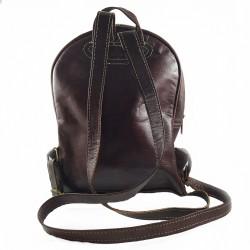 Mochila de Cuero Artesanal color marrón oscuro bolsillo al frente. parte trasera 002