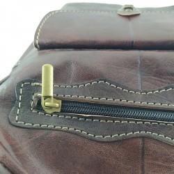 Mochila de Cuero Artesanal color marrón oscuro bolsillo al frente. detalles 005