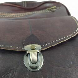 Mochila de Cuero Artesanal color marrón oscuro bolsillo al frente. detalles cerca 006