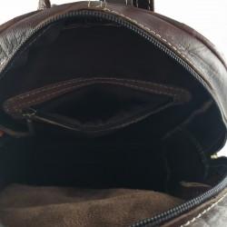 Mochila de Cuero Artesanal color marrón oscuro bolsillo al frente. detalles internos 007