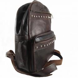 mochila cuero artesanal remaches al frente marrón oscuro. lateral 004