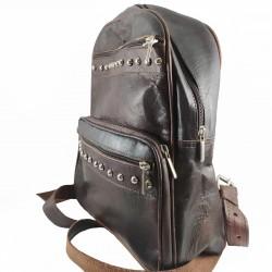 mochila cuero artesanal remaches al frente marrón oscuro. lateral 003