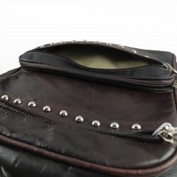 mochila cuero artesanal remaches al frente marrón oscuro. detalles 006